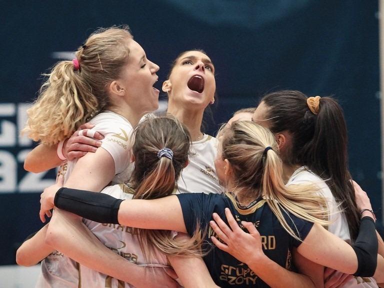 Polonya Kadınlar Süper Ligi'nde Ferhat Akbaş'ın başantrenörlüğünü yaptığı Grupa Azoty Chemik Police, geçen sezonki ritmini tam anlamıyla bulmaya başladı.