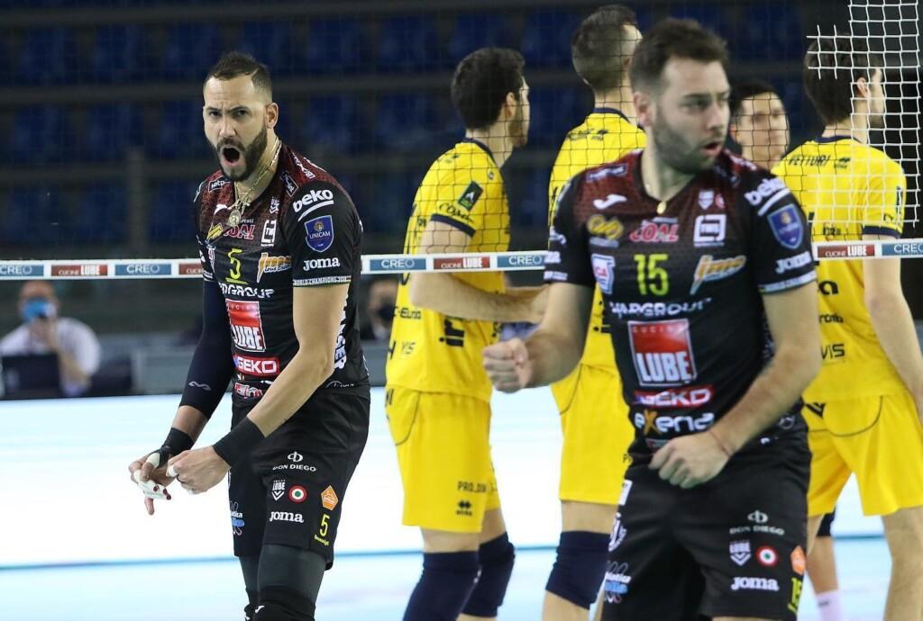 Cucine Lube Civitanova, Leo Shoes Modena'yı 135 dakika süren heyecanlı maçta 3-2 (25-20, 28-30, 25-19, 16-25, 15-10) yenmeyi başardı.